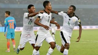 Eric Ayiah et ses coéquipiers du Ghana célèbrent après avoir marqué un but contre l'Inde lors de leur match de Coupe du Monde U-17 de la FIFA à New Delhi