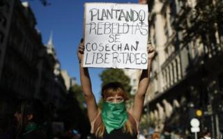 Mujer protestando en Buenos Aires