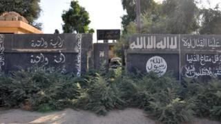 Suriye'nin Mayadin kentindeki IŞİD yazılamaları