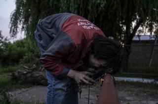 میخائیلو استاروژوک، موسس گروه نجات حیوانات میخواهد پرندگانی را که داخل لوله گیر افتادهاند نجات دهد