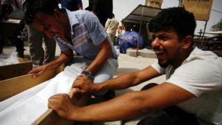 3日には葬儀が相次いだが、多くの遺体はまだ身元が確認されていない(3日、イラク・ナジャフ)