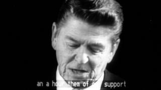 Reagan em discurso televisionado, com imagem em preto e branco