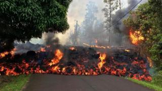 Lava mengalir di Jalan Makamae di Leilani Estates, Hawaii pada 6 Mei - letusan Kilauea memaksa evakuasi 1.700 penduduk