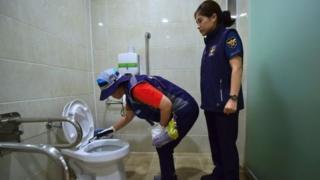 Seul'de tuvaleti denetleyen görevliler