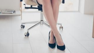 Mulher sentada em escritório