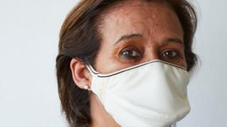 Una mujer usa una mascarilla de The Copper Company