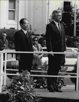 霍克在澳大利亚首都坎培拉的国会大楼外,为到访的胡耀邦举行欢迎仪式。