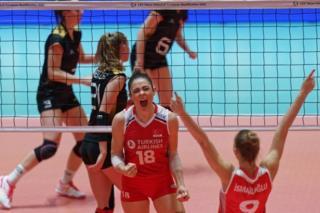 Zehra Güneş ve Meliha İsmailoğlu, Almanya maçında Türkiye'nin kazandığı bir sayıyı kutluyor
