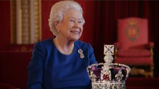 La reina compartió recuerdos de su coronación y describió cómo es llevar la Corona Imperial de Estado en un nuevo documental de la BBC.