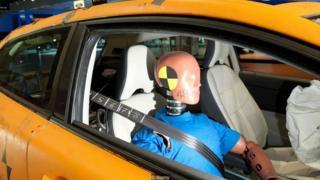 Boneco para testes de colisões usando cinto de segurança