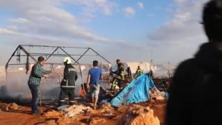 空爆を受けたシリア北部の難民キャンプ(5日)