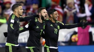 Jugadores mexicanos celebran el gol de Layún.