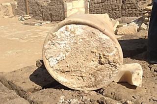 Остатки сыра в круглой емкости