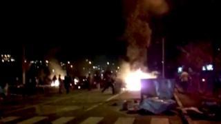 الحرائق تشتعل في بعض الشوارع خلال الاحتجاجات