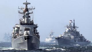 哈尔滨号导弹驱逐舰和宁波号驱逐舰(右)