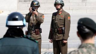 Kuzey Kore askerleri Güney Kore askerlerine bakıyor