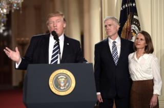 美國總統特朗普宣佈他已提名尼爾·戈薩奇(Neil Gorsuch)擔任美國最高法院法官(圖為特朗普、戈薩奇與妻子在新聞發佈會上)。