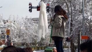 İran'da başını açan bir kadın
