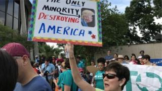 Người biểu tình chống luật SB4 trước cửa tòa án Texas tháng 6/2017