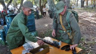 Qala 2013 hərbi manverləri keçərkən Kubanın İnqilabçı Silahlı Qüvvələrinin əsgərləri silahlarını alırlar. Ciego de Avila vilayəti, Kuba, 19 noyabr 2013-cü il.