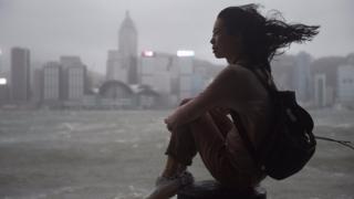 香港尖沙咀海傍一名女士冒著颱風觀賞維多利亞港(23/8/2017)