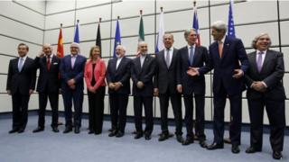 صورة تذكارية بعد توقيع الاتفاق