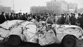 Бакинцы осматривают автомобиль, раздавленный танками. Архивное фото
