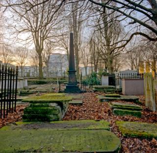 Кладбище на Брейди-стрит ранней весной