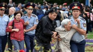 Almatı'da protestocular gözaltına alınırken