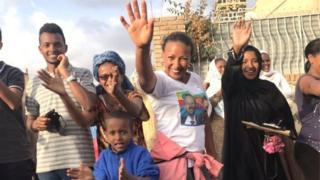 ఇథియోపియా ప్రధానిని చూసి చేతులూపుతున్న ఎరిత్రియా ప్రజలు
