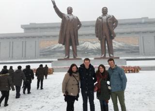 22岁的美国学生瓦姆比尔(图右)上周被释放后一直处于昏迷状态。