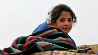 طفلة تفر من معارك إدلب
