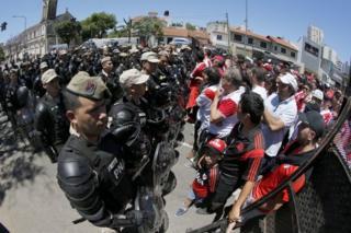 Aficionados de River Plate frente a la policía.