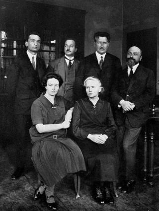 Marie Curie junto a su hija y otros colegas en el Instituto del Radio de París.