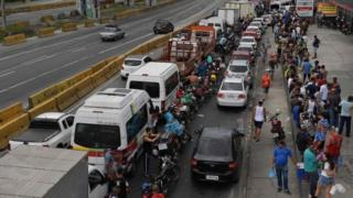 People queue at a petrol station in Rio de Janeiro. Photo: 28 May 2018