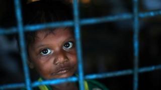 เด็กชายชาวโรฮิงญาในค่ายพักซึ่งใช้สถานที่ของโรงเรียนประถมแห่งหนึ่งในบังกลาเทศ