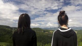 Mira y Jiyun miran hacia China