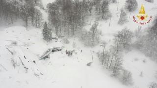 В Италии лавина полностью накрыла собой отель в горах