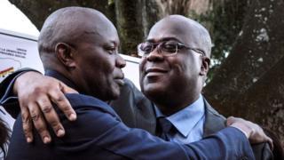 Vital Kamerhe (i bubamfu) na Felix Tshisekedi (i buryo) bahoberana nyuma yo kwemeza gushigikirana
