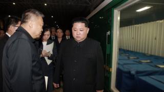 朝中社发出的照片显示,金正恩亲自到平壤火车站检视运载遇难中国游客遗体的火车车厢。