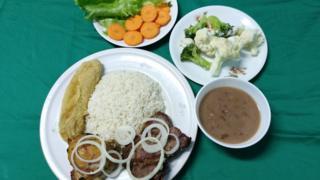 PF de arroz, feijão, carne acebolada, banana frita, salada, brócolis e couve-flor cozidos