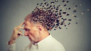 Señor mayor con efecto de cerebro desvaneciéndose.
