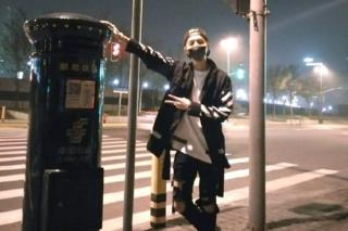 The photo of Lu Han posing with the post box