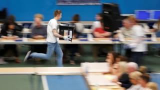 8日午後10時に投票が締め切られると、英国各地の集票センターには続々と投票箱が到着。通常はサンダーランド選挙区が結果を発表する一番乗りだが、今回はニューカッスル選挙区がサンダーランドに先んじて午後11時に結果を発表した