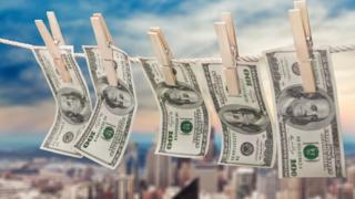 Notas de dólares secando