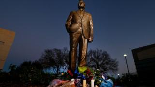 Цветы у памятника Джорджу Бушу-старшему в Колледж-стейшен, штат Техас