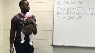 Викладач з дитиною на руках