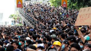 """在香港,游行人数除了作为社会运动的一个纪录,更是""""舆论战""""。"""