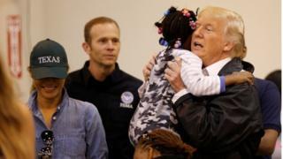 Presiden Donald Trump dan Ibu Negara Melania Trump menyapa anak-anak di pusat penampungan korban banjir di Houston.