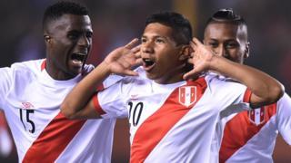 Edison Flores celebra su gol.